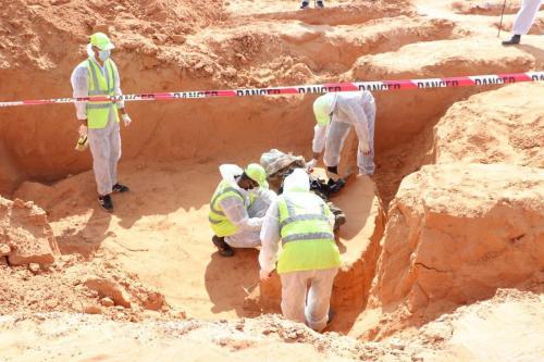 Funcionários da medicina forense realizam trabalhos de escavação em uma vala comum em Tarhunah, Líbia, em 07 de novembro de 2020 [Mücahit Aydemir - Agência Anadolu]