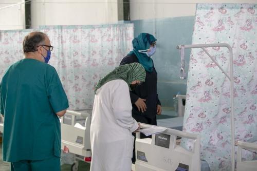 Cirurgiões tunisianos em uma enfermaria de covid-19 em Kairouan, Tunísia, em 30 de junho de 2021 [Yassine Gaidi/Agência Anadolu]
