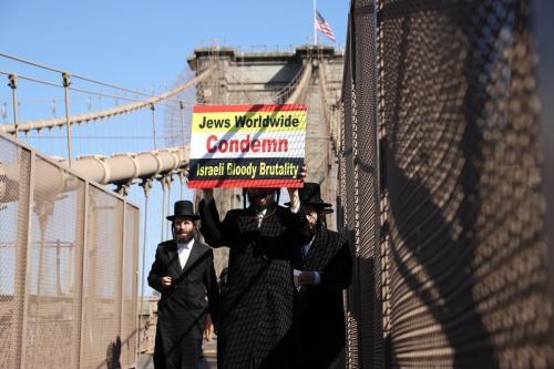Centenas de judeus ultraortodoxos marcham na ponte do Brooklyn em Nova York para protestar contra Israel agressão aos palestinos em 27 de maio de 2021 [Agência Tayfun Coşkun / Anadolu]