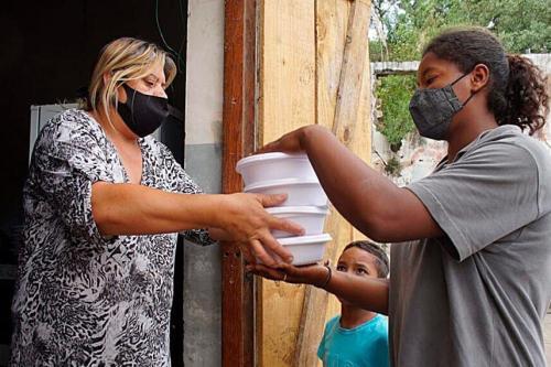 Doação de marmitas em Curitiba: estudo da FAO aponta que insegurança alimentar severa atingiu 7,5 milhões de pessoas no Brasil em 2020 Fonte: Agência Senado