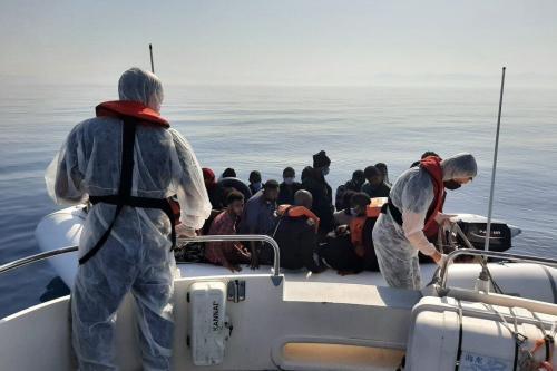 A Guarda Costeira turca resgata 388 requerentes de asilo em um barco na costa de Izmir, enquanto outros dois foram detidos sob alegações de organização da travessia ilegal, na Turquia em 27 de julho de 2021 [Guarda Costeira Turca/Agência Anadolu]