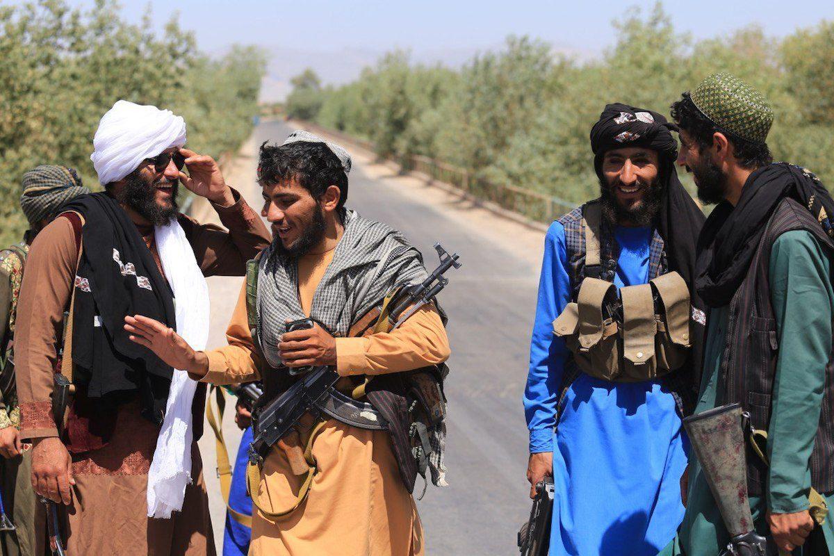 O Talibã patrulha as ruas depois de assumir o controle de Herat, no Afeganistão, em 22 de agosto de 2021 [Mir Ahmad Firooz Mashoof/Agência Anadolu]