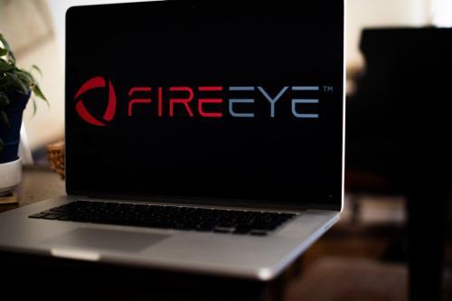 O logotipo da FireEye Inc. em um laptop em Nova Iorque, EUA, em 30 de janeiro de 2021 [Tiffany Hagler-Geard/Bloomberg/Getty Images]