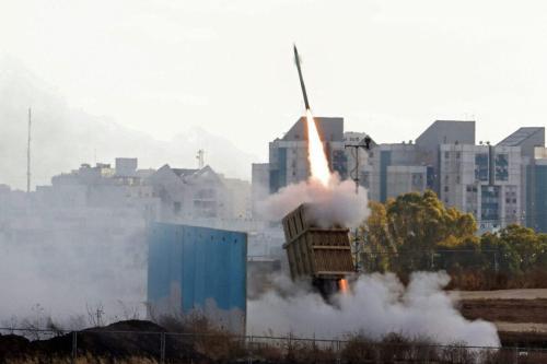 O sistema de defesa aérea Iron Dome de Israel é lançado para interceptar um foguete lançado da Faixa de Gaza, acima da cidade ao sul de Ashdod, em 17 de Maio de 2021 [Ahmad Gharabli /AFP via Getty Images].