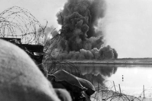"""Uma bomba israelense explode nas posições militares egípcias no lado oeste do Canal de Suez, em 13 de fevereiro de 1970, durante a chamada """"Guerra de Atrito"""" entre Israel e Egito [AFP via Getty Images]"""