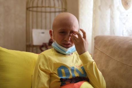 O palestino Ahmed Qawasmeh, de 11 anos de idade, paciente de câncer ósseo, em sua casa em Hebron, West Bank, em 14 de setembro de 2021 [Mamoun Wazwaz/Agência Anadolu]