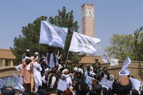 Membros do Talibã se reúnem e fazer discursos na frente da governadoria de Herat após a conclusão da retirada dos EUA do Afeganistão, em Herat, Afeganistão em 31 de agosto de 2021 [Mir Ahmad Firooz Mashoof/Agência Anadolu]