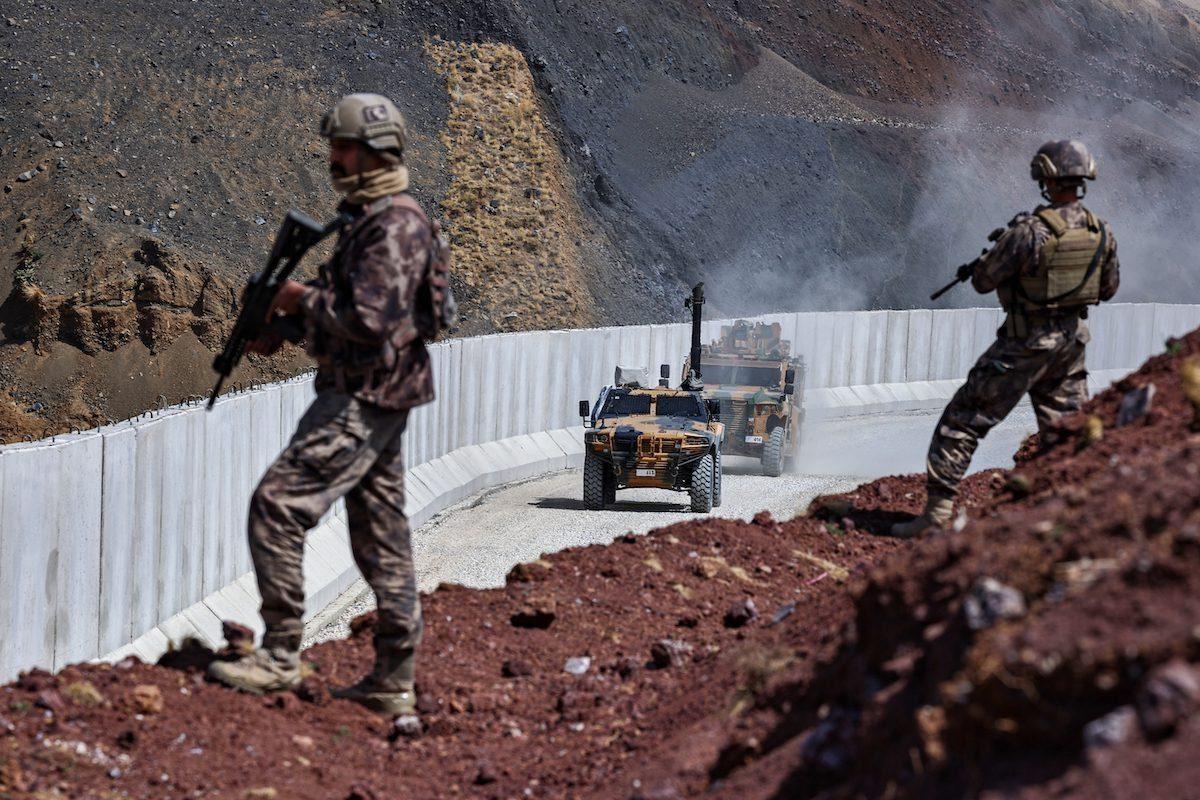Soldados turcos e veículos blindados patrulham fronteira com Irã, em 5 de setembro de 2021 [Ozkan Bilgin/Agência Anadolu]