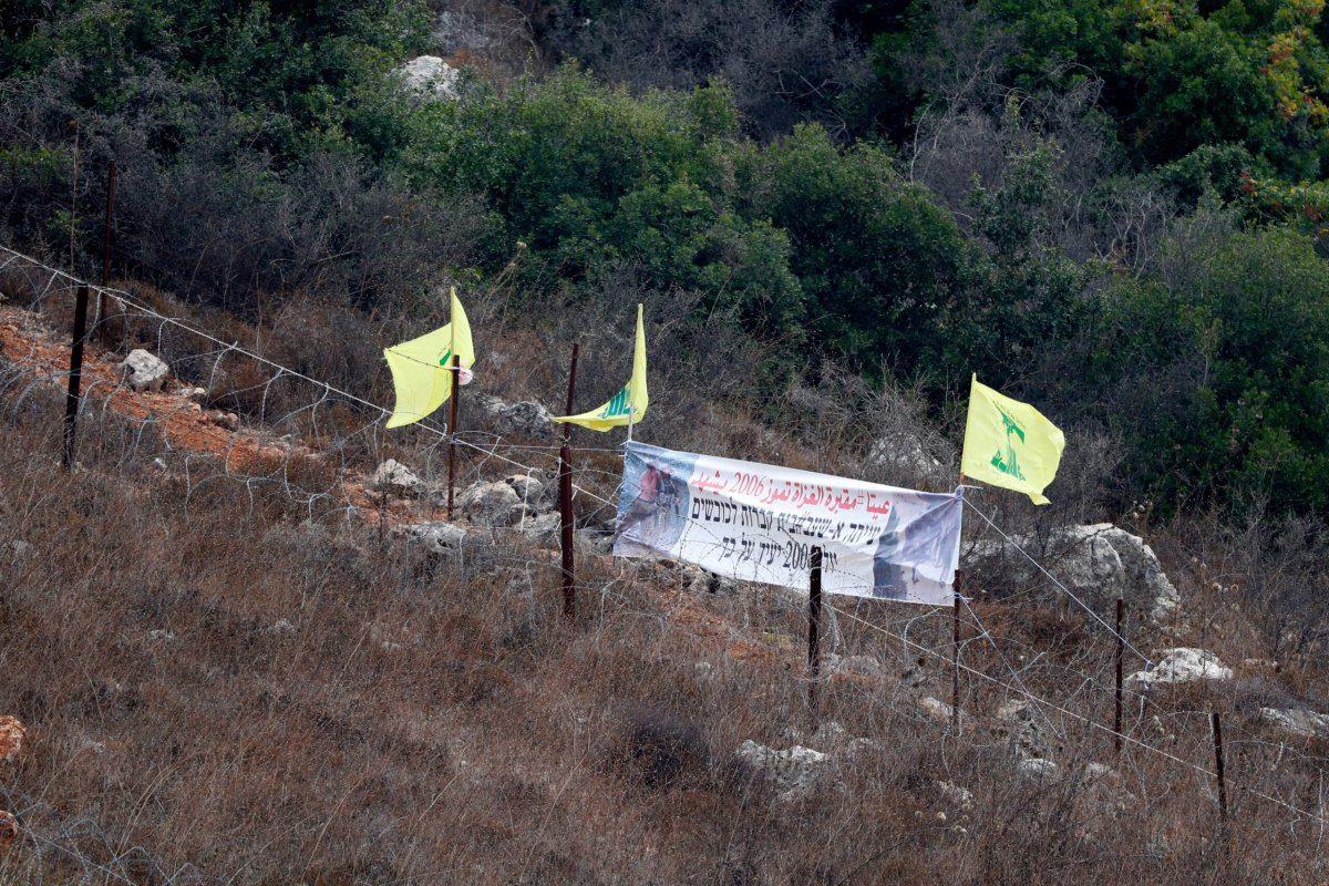 Bandeiras do Hezbollah em um ponto da fronteira israelo-libanesa no qual foram mortos oito soldados israelenses, em 2 de agosto de 2018 [JACK GUEZ/AFP via Getty Images]