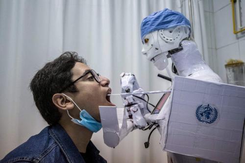 Um robô para auxiliar médicos na execução de testes em pacientes com suspeita de coronavírus em um hospital privado na cidade de Tanta, no delta do Nilo, no Egito, em 20 de março de 2021 [Khaled Desouk/AFP via Getty Images]