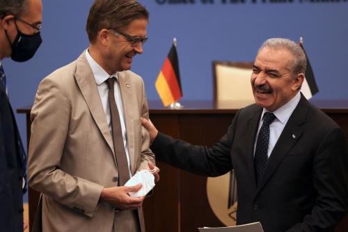Primeiro-Ministro da Autoridade Palestina Mohammad Shtayyeh (à direita) encontra-se com o embaixador alemão Oliver Owcza em Ramallah, Cisjordânia ocupada, 15 de setembro de 2021 [ABBAS MOMANI/AFP via Getty Images]
