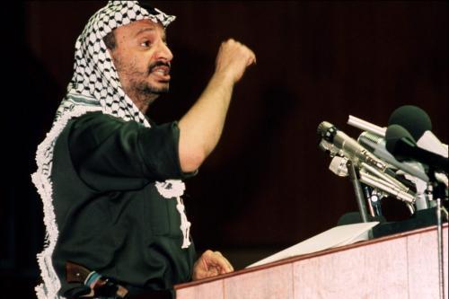 Yasser Arafat, então presidente da Organização para a Libertação da Palestina (OLP), em discurso a representantes da Organização da Unidade Africana (OUA), em Kampala, capital da Uganda, julho de 1975 [AFP via Getty Images]