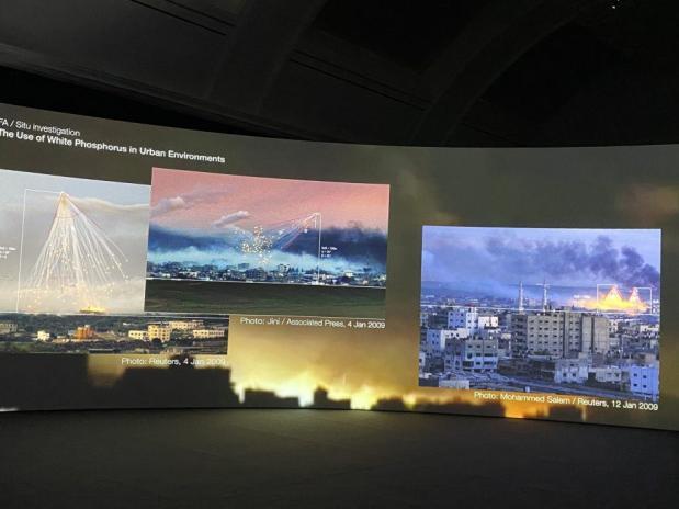 O Diretor de Arquitetura Forense, Professor Eyal Weizman, em sua última exposição na Whitworth Gallery de Manchester,