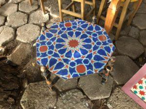 Mesa com arabescos