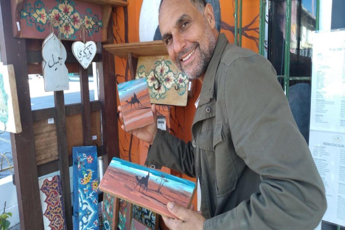 O marroquino Abdelaziz Bahsain vive na capital catarinense há 11 anos e produz itens de decoração no estilo marroquino, como bancos, mesas e armários, além de telas com motivos árabes. Ele também oferece caligrafia árabe e gastronomia, entre outros serviços.