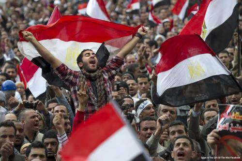 Multidões se reúnem durante a revolução egípcia que ocorreu em 25 de janeiro de 2011 [Egypt Is The Gift Of The Nile/Facebook]