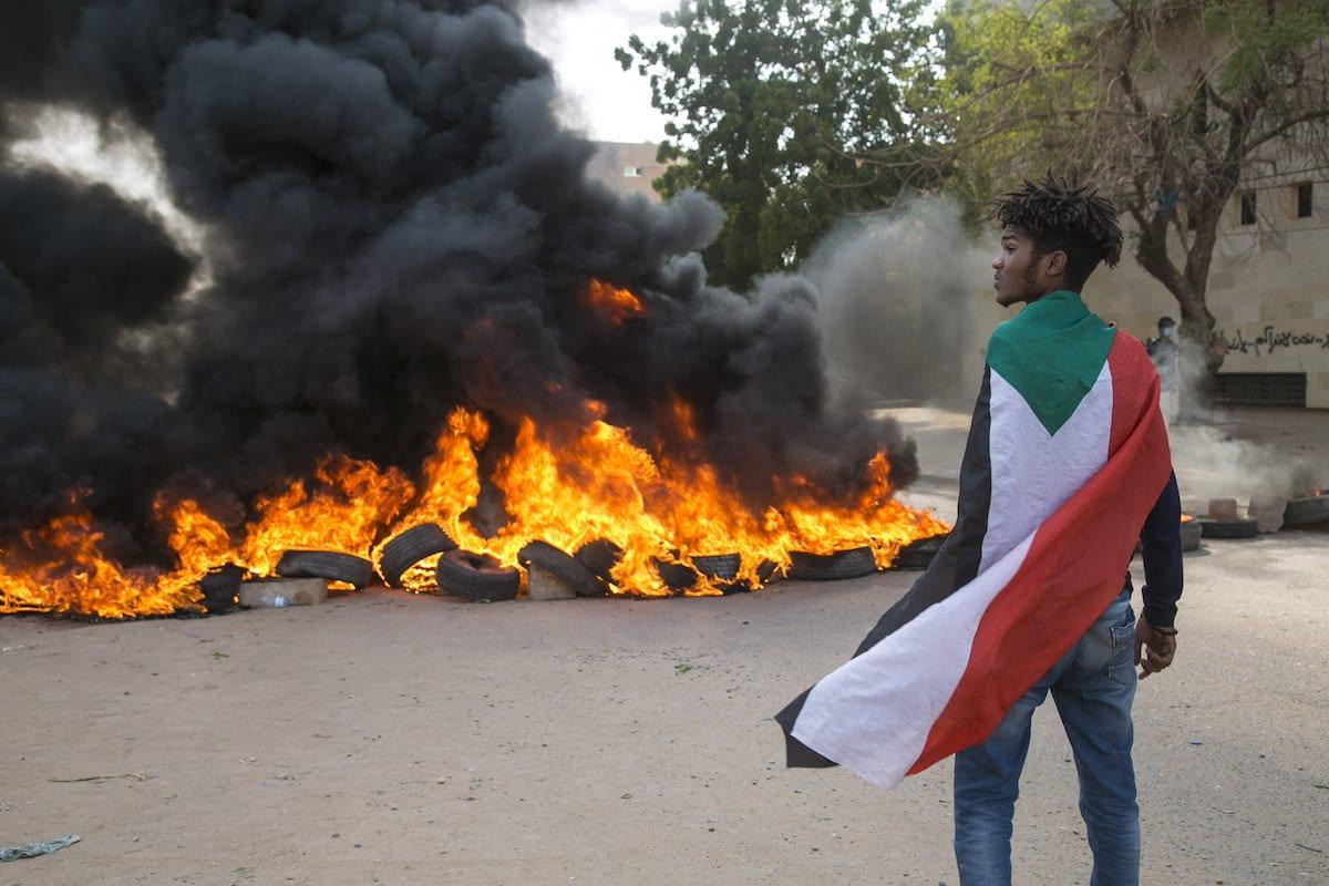 Manifestantes fecham ruas e queimam pneus durante ato contra o governo, em Cartum, capital do Sudão, 21 de outubro de 2020 [Mahmoud Hjaj/Agência Anadolu]