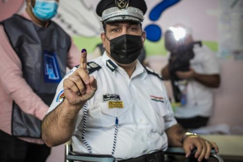 """As forças de segurança chegam a uma assembleia de voto em Bagdá, Iraque, em 08 de outubro de 2021. """"Votação especial"""" começa nas eleições parlamentares do Iraque [Ayman Yaqoob/Agência Anadolu]"""
