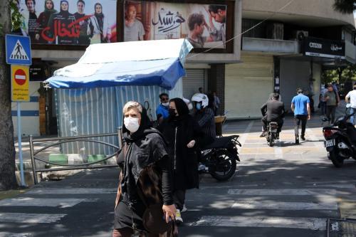 Pessoas usam máscara de proteção como medida preventiva contra o coronavírus (covid-19), em Teerã, capital do Irã, 17 de abril de 2021 [Fatemeh Bahrami/Agência Anadolu]