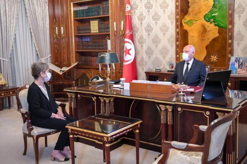 O presidente tunisiano, Kais Saied, recebe Najla Bouden, que foi nomeada para formar um novo governo, em Tunis, Tunísia, em 29 de setembro de 2021 [Presidência tunisiana/Agência Anadolu]