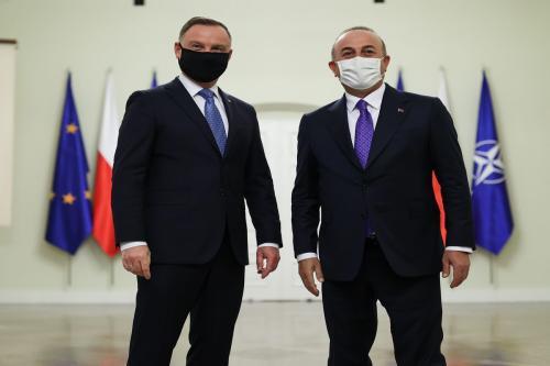 O presidente polonês Andrzej Sebastian Duda (E) recebe o ministro das Relações Exteriores turco Mevlut Cavusoglu (D) em Varsóvia, Polônia, em 04 de outubro de 2021 [Cem Özdel/Agência Anadolu]