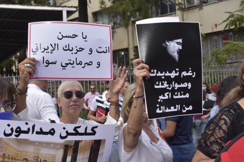 Protesto exige justiça pela explosão no porto de Beirute, em frente ao Palácio da Justiça, na capital libanesa, em 13 de outubro de 2021 [Mahmut Geldi/Agência Anadolu]