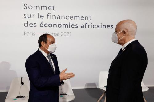 O presidente egípcio, Abdel Fattah al-Sisi (esq.), fala com o presidente da Tunísia, Kais Saied, antes da sessão de abertura da Cúpula sobre o Financiamento das Economias Africanas, em 18 de maio de 2021, em Paris [Ludovic Marin/POOL/AFP via Getty Images]