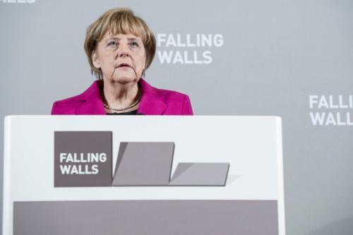Então Chanceler da Alemanha Angela Merkel durante cerimônia de abertura da Conferência Falling Walls, na Nova Galeria Nacional de Berlim, em 8 de novembro de 2014 [Michael Ukas/Getty Images]