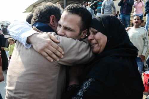 Cidadão egípcio abraça seus pais após ser libertado da prisão, junto de outros 202 prisioneiros que receberam perdão presidencial, no Cairo, 14 de março de 2017 [ALY FAHIM/AFP via Getty Images]
