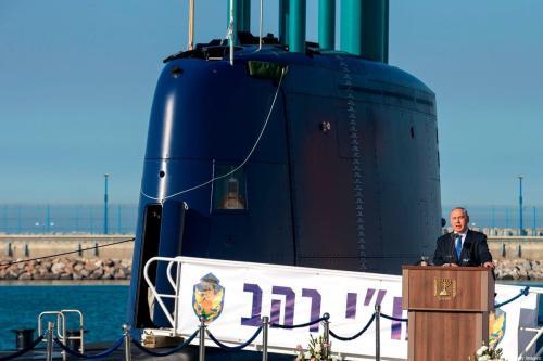 Uma foto de arquivo tirada em 12 de janeiro de 2016 mostra o então primeiro-ministro israelense Benjamin Netanyahu discursando durante uma cerimônia para a chegada do INS Rahav, o quinto submarino da Marinha israelense, de fabricação alemã, no porto militar israelense de Haifa [Jack Guez/AFP via Getty Images]
