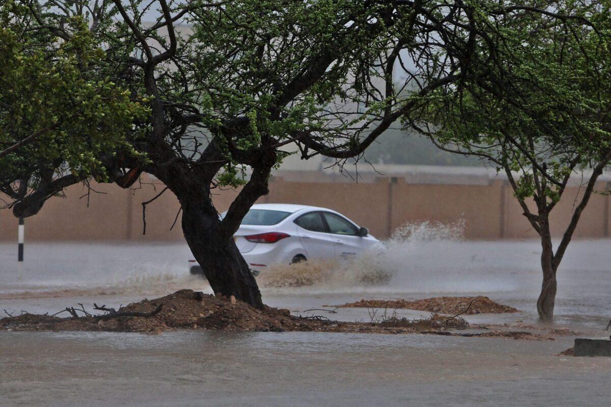 Carros atravessam rua alagada em meio à chegada do ciclone Mekunu, na cidade de Salalah, sul de Omã, 25 de maio de 2018 [MOHAMMED MAHJOUB/AFP via Getty Images]