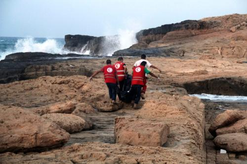 Membros da equipe do Crescente Vermelho Líbio recuperam corpos de migrantes que morreram afogados no mar ao largo do costa da cidade de Janzur, no oeste, em 19 de junho de 2018 [STR / AFP via Getty Images]
