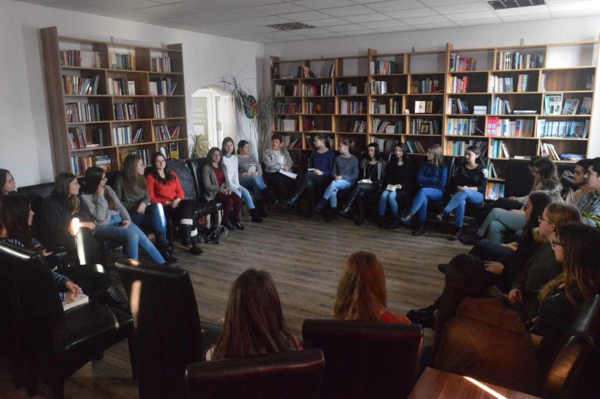 """Discuții libere despre cărți la Liceul """"Ion Luca"""" din Vatra Dornei, o nouă întâlnire"""