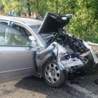 FOTO/VIDEO. O persoană a rămas încarcerată după impactul dintre un TIR și o mașină, la Ciocănești