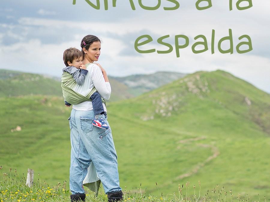 Niños a la espalda (y tres tips para un porteo detrás seguro)