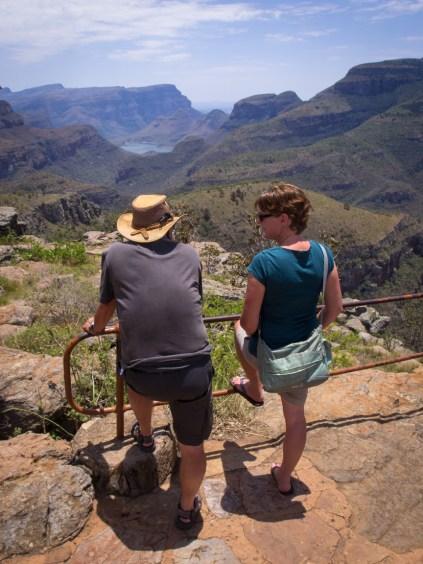 Blick auf den Blyde River Stausee. Moni plaudert mit Karl-Heinz. Ihn und seine Frau Rosemarie haben wir auf dem Campingplatz kennengelernt.