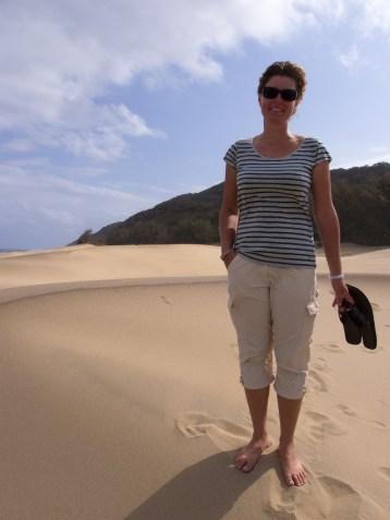 Moni macht der Spaziergang in den Dünen richtig Spass.