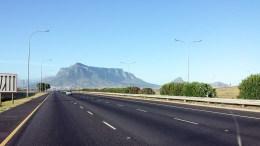 Wir fahren in Kapstadt ein und sehen zum ersten Mal den Tafelberg.