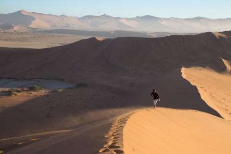 Der Wind bläst und wir werden kräftig sandgestrahlt.