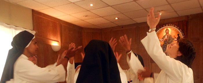 Trinitarias danzando en la capilla de Cerforid