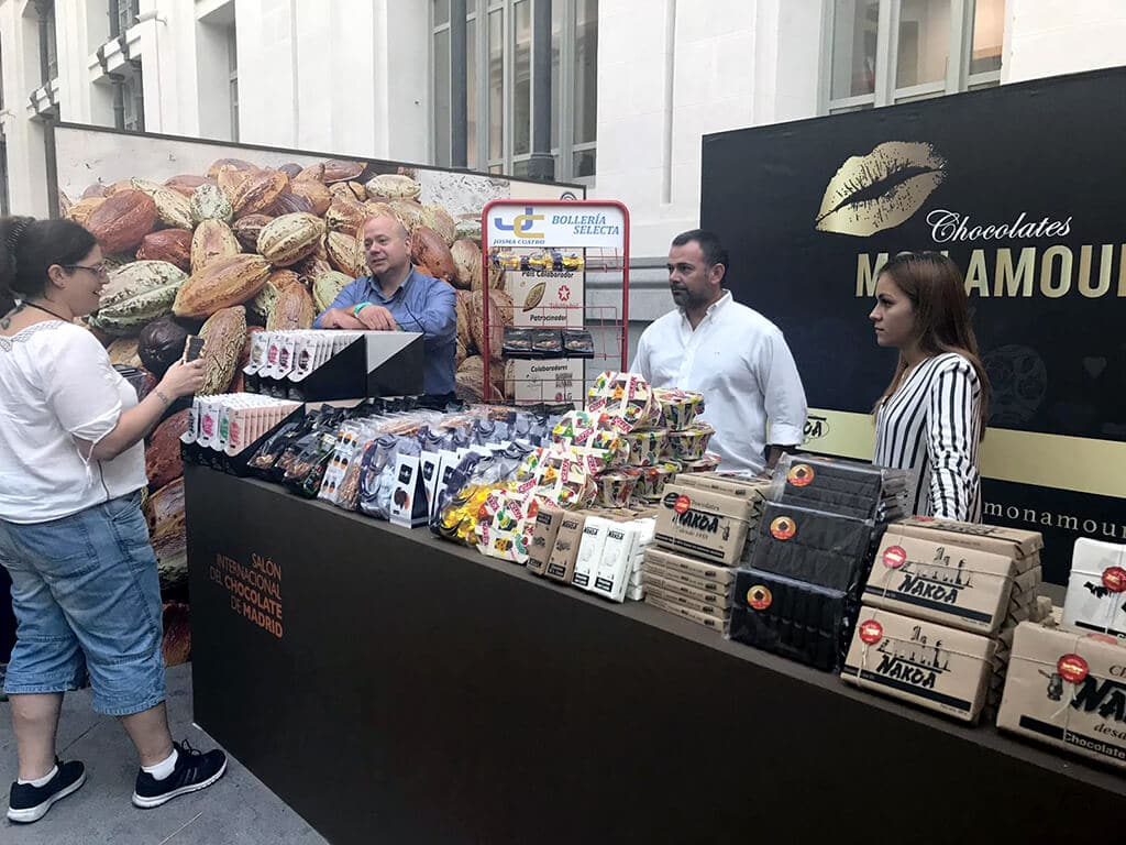 Los representantes de chocolates Mon Amur presentan sus productos a los asistentes.
