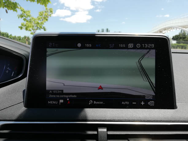 La pantalla táctil de 8 pulgadas tiene un diseño limpio y un manejo sencillo.
