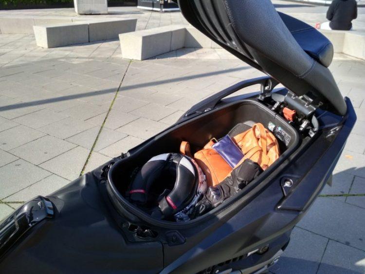 En el hueco bajo el asiento no cabe el casco de tu acompañante