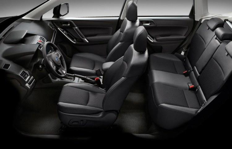 El interior del coche es cómodo y espacioso