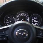 Los indicadores del Mazda son clásicos, haciendo una mezcla de relojes analógicos con un display digital en la parte derecha