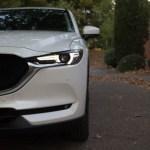 Los faros delanteros del Mazda tienen una forma rasgadas