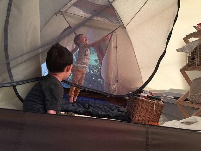 テントの中で遊ぶ