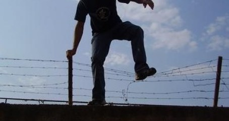 Image result for homem pulando muro