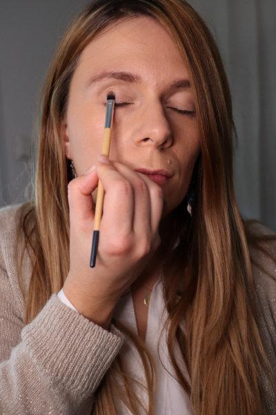 Application fard champagne irisé Purobio - Maquillage débutant - Mon peau de crème Emonoé