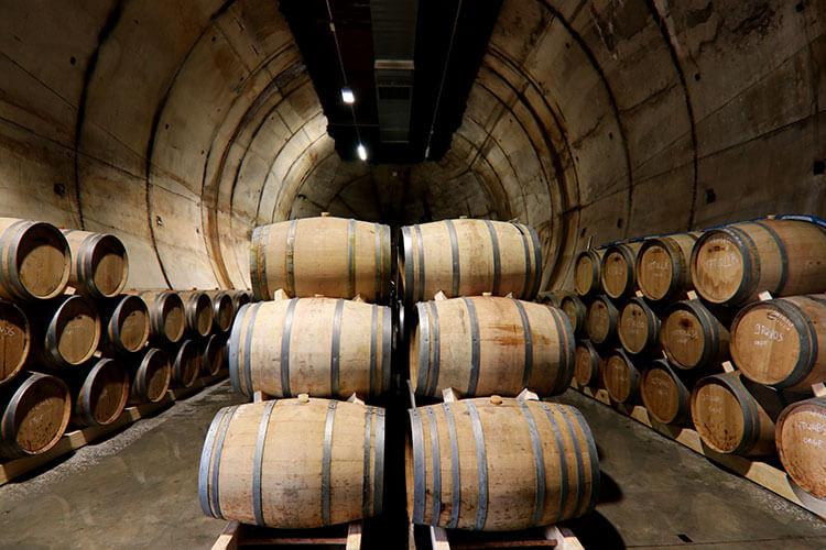 Les futs qui vieillissent dans l'un des bunkers de la 2nde Guerre - Source moonharbour.fr